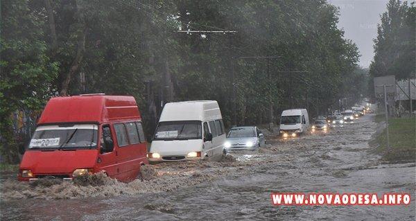 В субботу стихия обошла Новую Одессу и обрушилась на Николаев. Там из-за ливня снова затопило город, а Корабельный район засыпало градом (Фото)