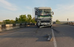 На мосту в Новоодесском районе столкнулись микроавтобус и грузовой автомобиль (Фото)