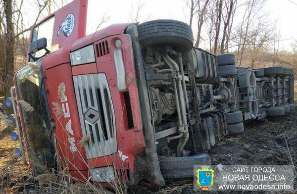 Возле Новой Одессы перевернулась фура гружённая металлом (Фото)